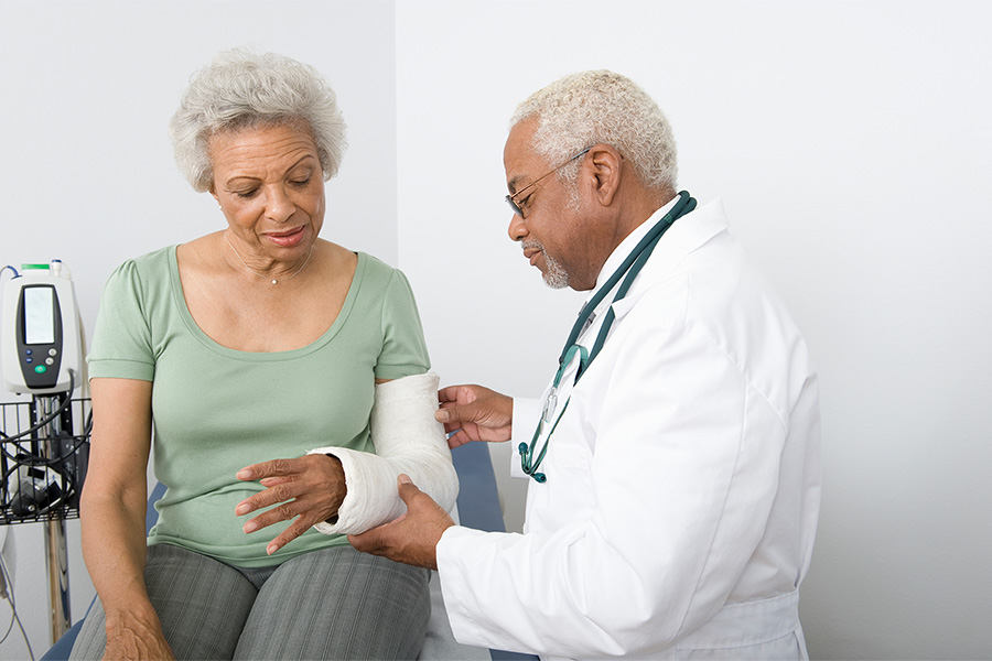 doctor-setting-patient-cast-900x600